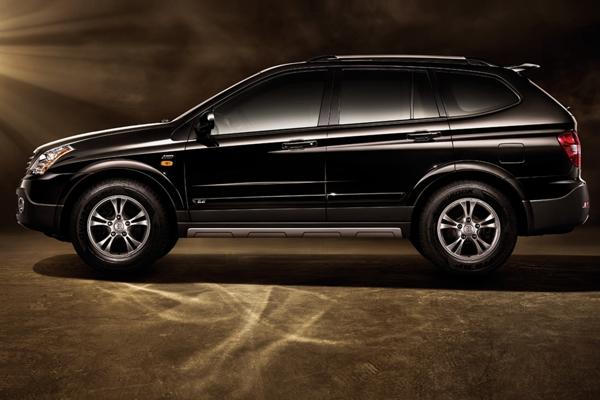 荣威W5是上海汽车的首款SUV车型,也是中国首款自主品牌的中高端SUV,产品定位为跨领域专业SUV。该车拥有的P-4WD专业级全模式驱系统、HFA高强度越野型车体结构(非承载式车身)、双叉臂前悬挂+五连杆后悬挂、进口越野轮胎和SCS智能主动安全控制系统等,决定了它在专业越野方面的实力。荣威W5既糅合了轿车的舒适性又具备专业SUV的越野性能,无疑是城市SUV种群中最具备专业性的车型。跨领域的专业设计能使荣威W5在关键时刻的越野行车中表现不俗。荣威W5共有5款车型,售价17.